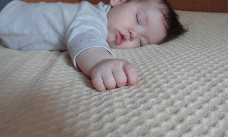 bebê deitado em posição alternativa para evitar assimetrias cranianas
